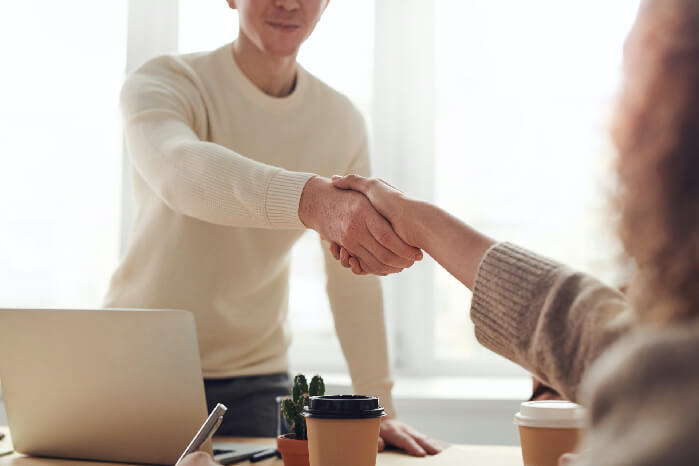 よろしくお願いしますの握手