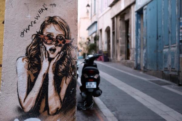 壁に描かれた女性の絵