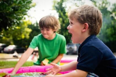 笑顔で遊ぶ子供