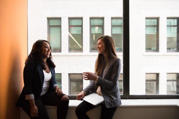 窓際で談笑する女性二人