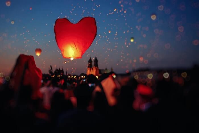蝋燭の火と夜空に浮かぶ紙風船