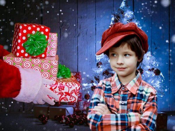 クリスマスプレゼントをもらう子供