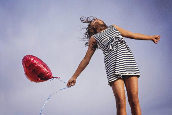女性が全身で喜びを表す写真
