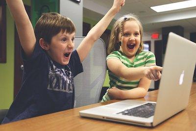 体全体で喜びを表す子供