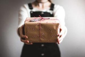 プレゼントを差し出す写真
