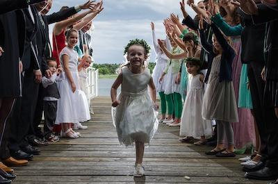 喜びで走る少女