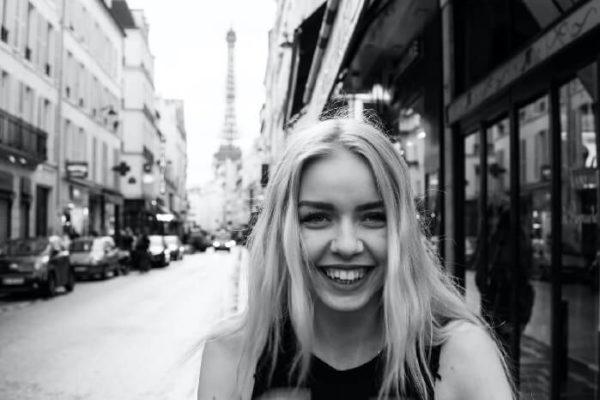 出かける女性の笑顔