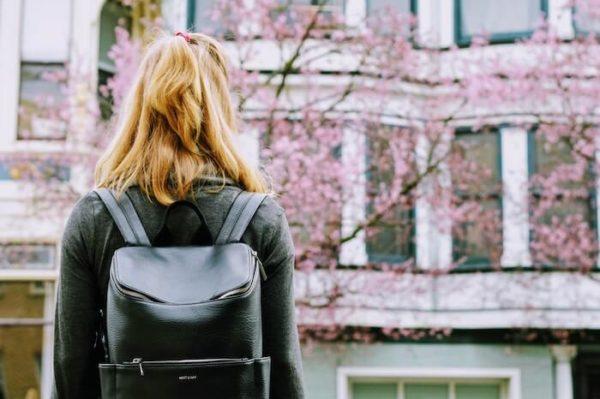 出かける女性の後ろ姿