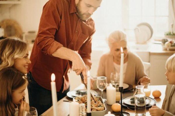 家族で食事する写真