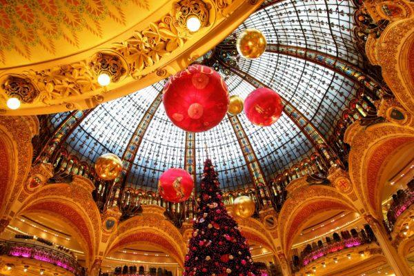 ホール内に展示されたクリスマスツリー