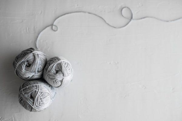 グレーの毛糸の玉