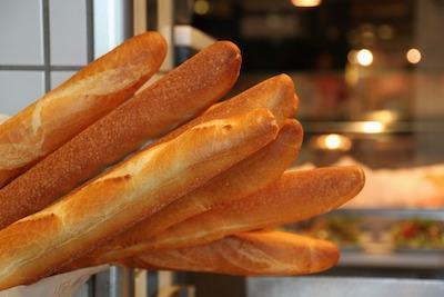フランスパンのバゲットが並ぶ店頭