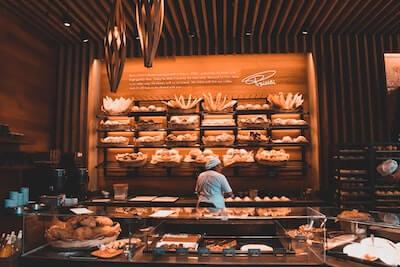 パンが多く並ぶパン屋