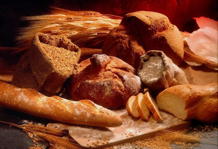 いろんな種類のパンが並ぶ机