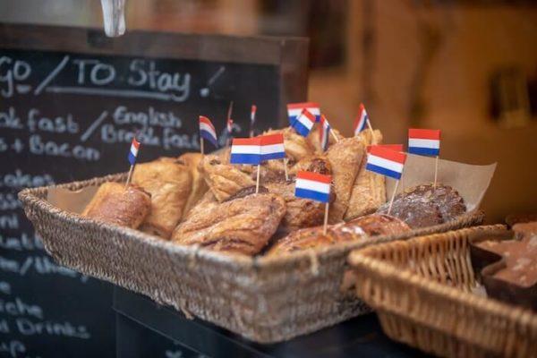 店頭に並べられたパンと小さなフランス国旗