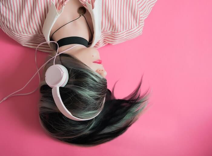 ピンクのヘッドフォンの女性