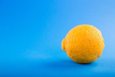 水色の壁の前のレモン