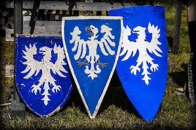 紋章の入ったロイヤルブルーの盾
