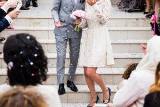 結婚式でライスシャワーを浴びる新郎新婦