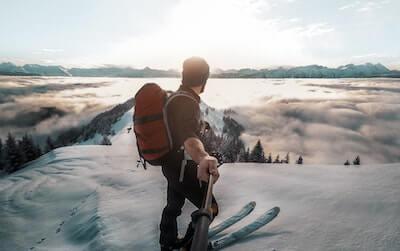 スキーをする男性