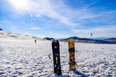 雪に立てたスノーボード