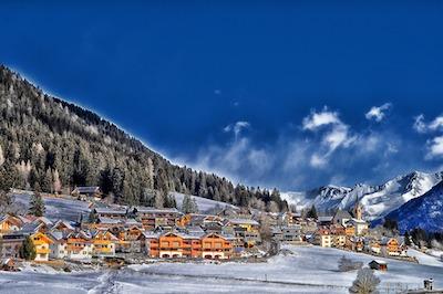 雪に包まれた晴れた日の山村