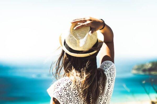 海を見つめる女性の後ろ姿