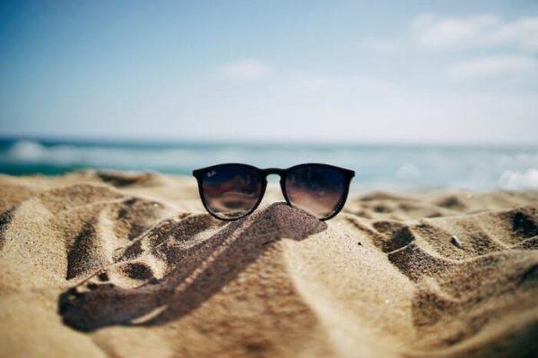 砂浜のサングラス