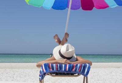 ビーチで日焼けする人