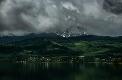 山間にかかる雲