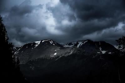 山間にかかった雲