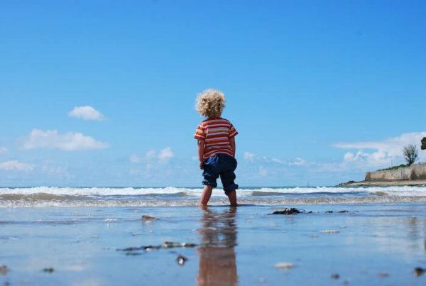 浜辺で遊ぶ1人の子供