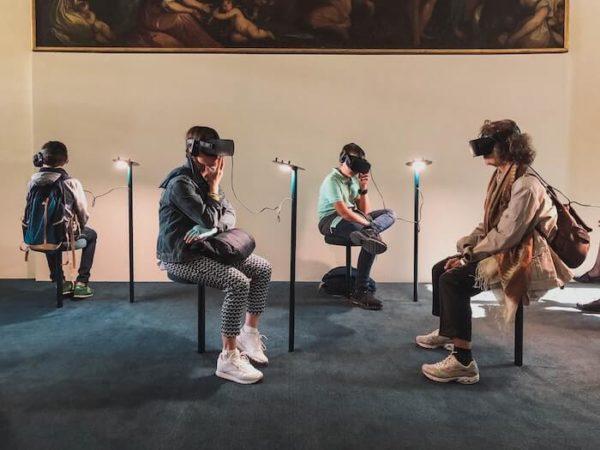 VRを楽しむ人々