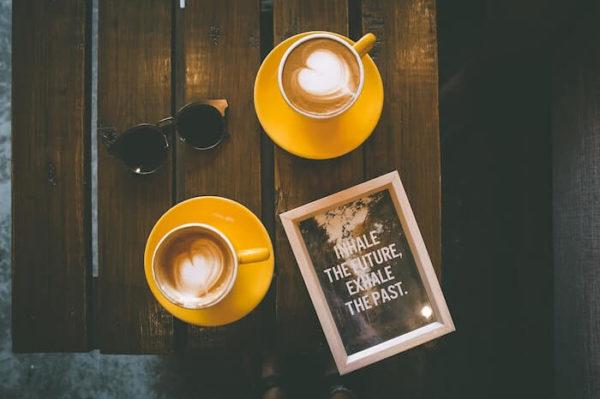 二つのカップに入ったカフェラテ