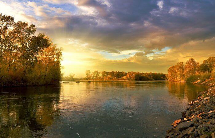 夕陽に照らされる秋の川面