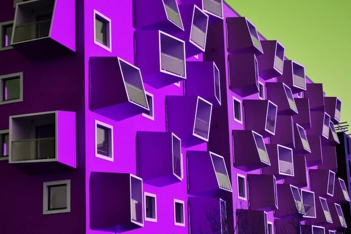紫のデザイナーズマンションの外観