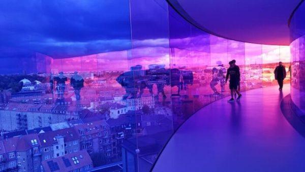 紫色に輝く空