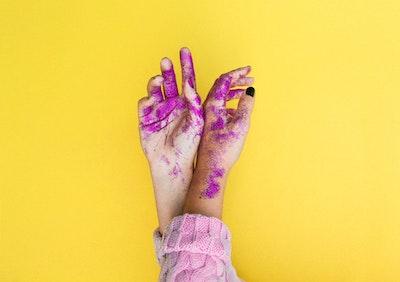 紫のラメがついた女性の手