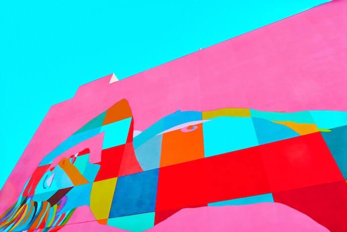 壁に描かれた鮮やかな絵