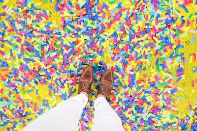 足元に散らばる色鮮やかな紙吹雪