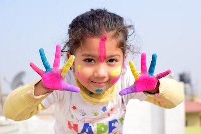 絵具遊びをしている子供