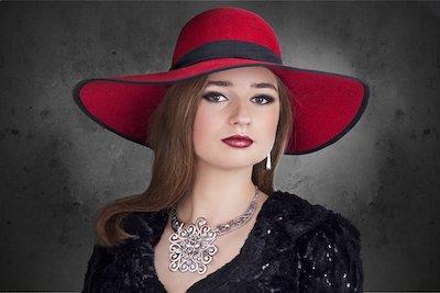 赤い帽子を被った女性