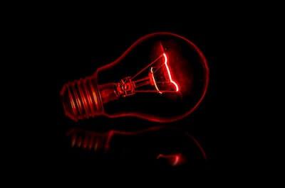 赤い光の電球