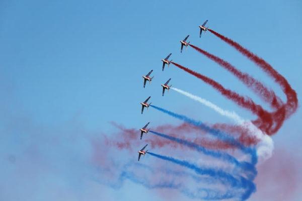 フランス国旗を描く戦闘機