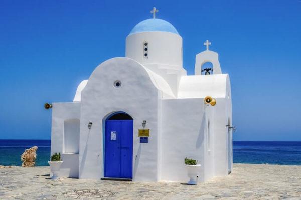 海辺に立つ白い壁の家