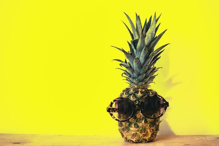 黄色い壁の前のパイナップル