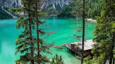 エメラルドグリーンの湖