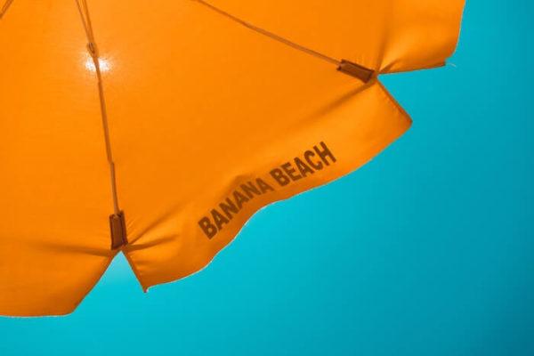 青空に映えるオレンジのパラソル