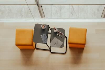 机とオレンジのスツール2つ