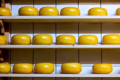 棚で熟成中のゴーダチーズ